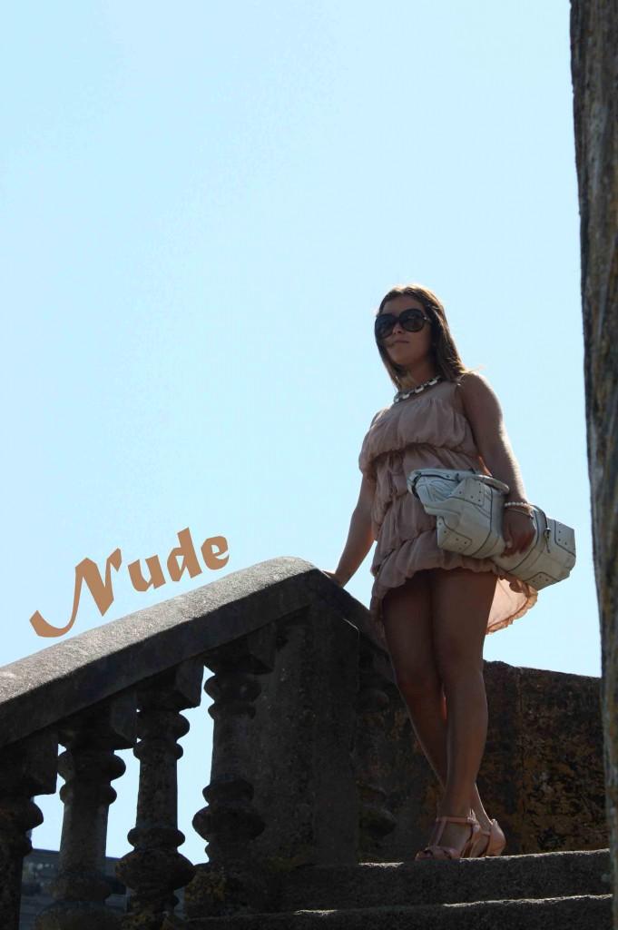 vestido beig escaleras copy