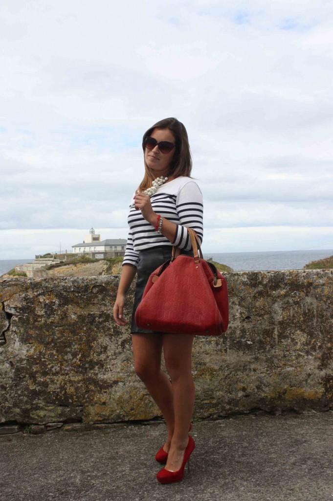falda cuero + camiesta navy blog