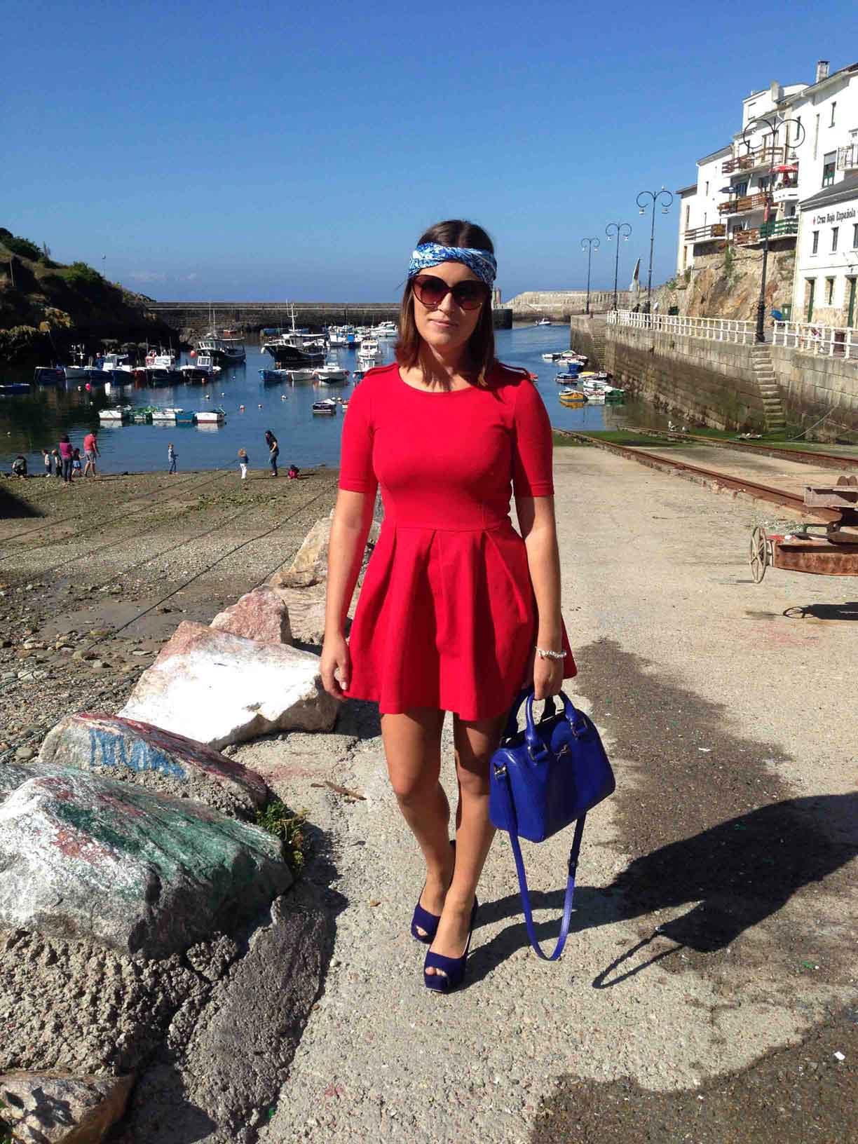 Vestido azul con accesorios rojos